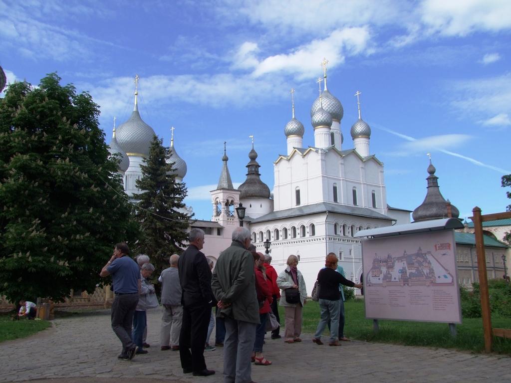 Elena notre guide nous explique devant la carte de Monastère de la Sainte-Trinité de Serguiev Possad