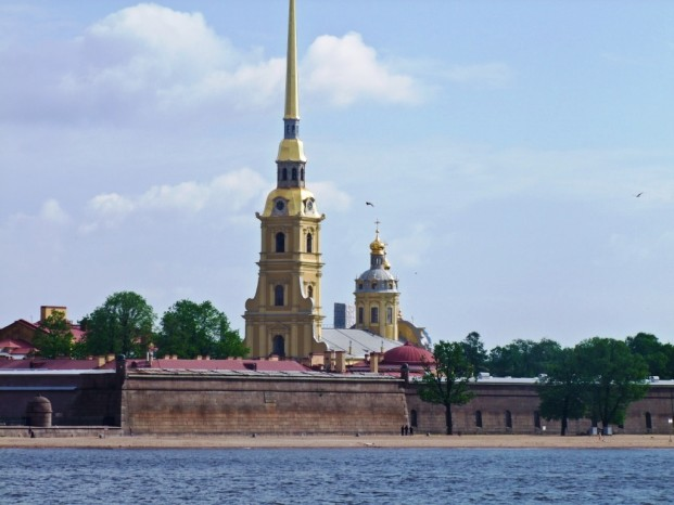 La forteresse Pierre et Paul vue de la Neva.