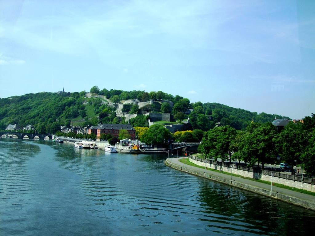 La forteresse de Namur sur un rocher dominant la Meuse