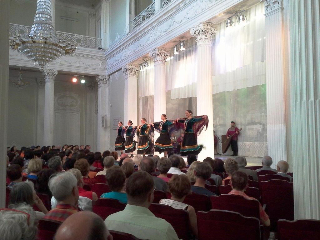 La présentation folklorique au palais Nikolayevski.