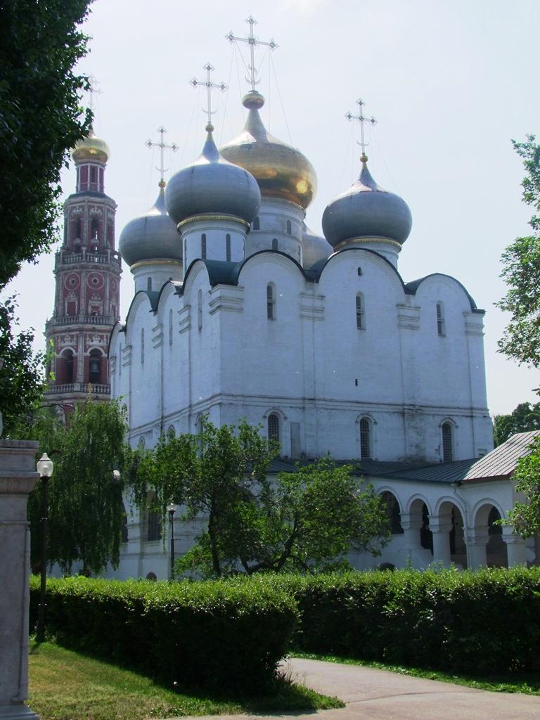 Notre-Dame-de-Smolensk et la tour de la cloche.