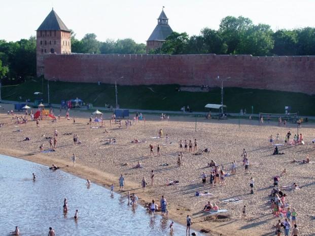 Vue du Kremlin au bord de la rivière Volkhov.