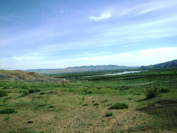 Après le passage de la frontière, le paysage change brusquement, de bois et forêt, nous découvrons la steppe de la Mongolie.