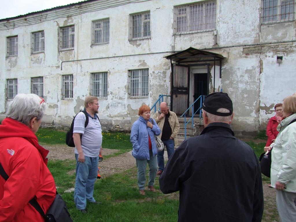 Au Goulag, devant le batiment administratif du camp.