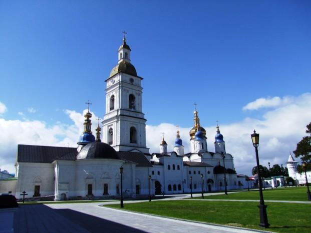 Au Kremlin de Tobolsk sous le ciel bleu.