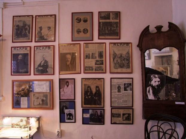 Il y a beaucoup de photos qui racontent la vie de Raspoutine et de la famille royale.
