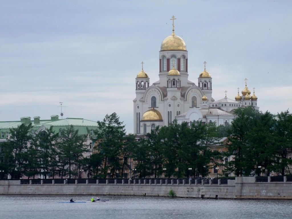 L'église Sur-le-Sang-versé depuis le quai de la rivière Isset.