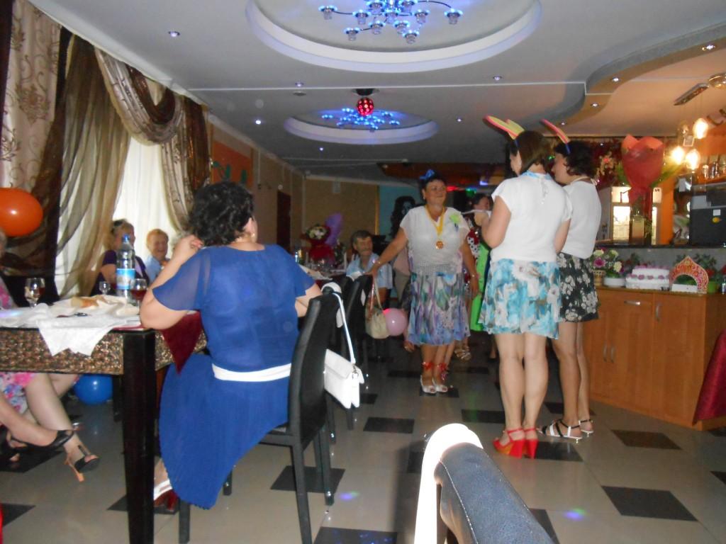 La célèbration de l'anniversaire dans  le restaurant où nous dînons.