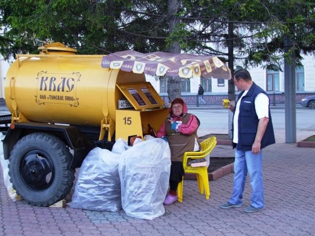 La dégustation de la boisson ancienne russe Kvas.