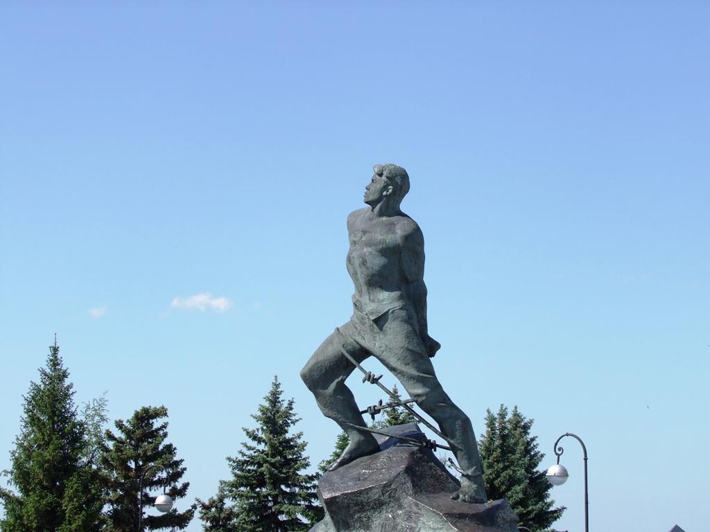 La statue rend hommage au poète tatar Moussa Djalil (1906-1944). La statue a été élevée en 1966 pour célébrer le 60e anniversaire de naissance du poète.