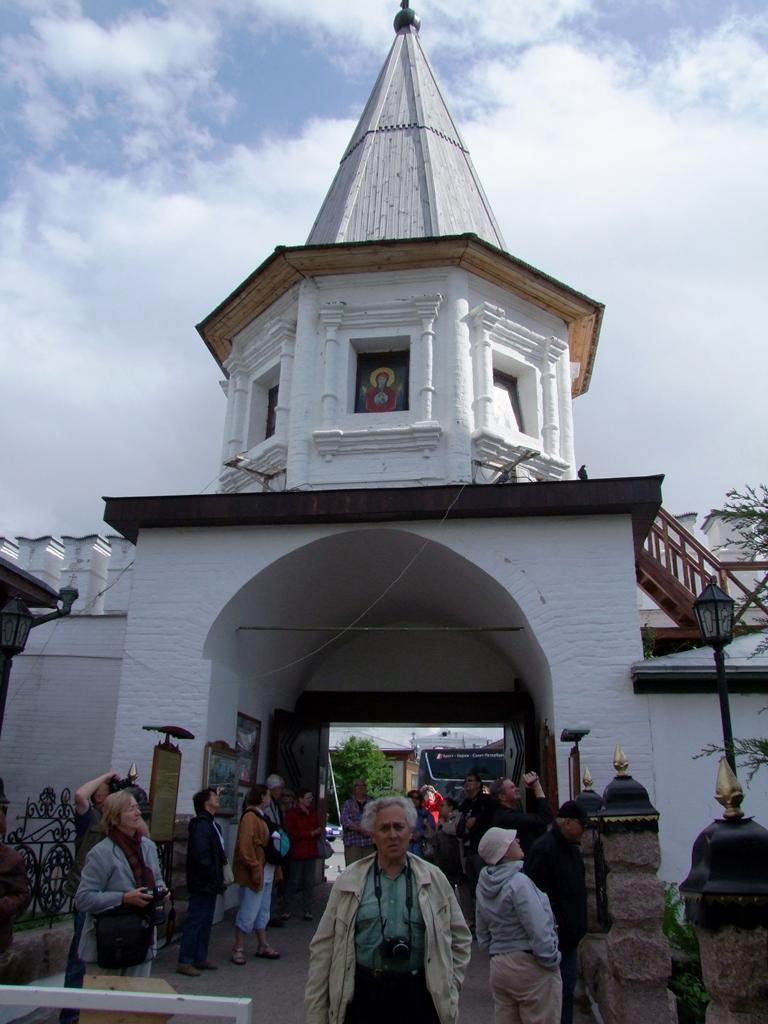 L'entrée du monastère de la Sainte-Trinité.