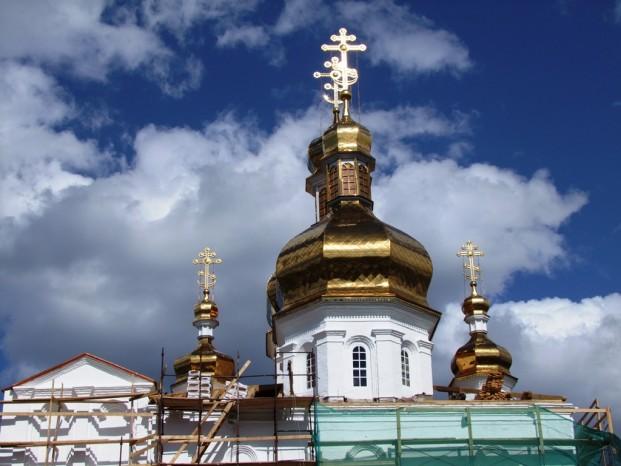 Les coupoles dorées du monsatèrede la Sainte-Trinité.