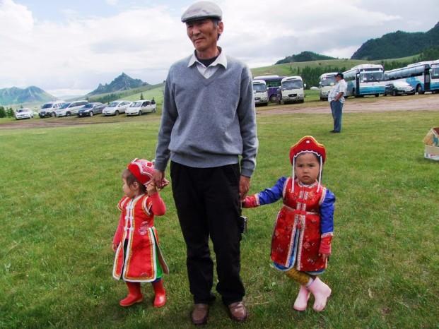 Les filles mongoles en costumes traditionnels.