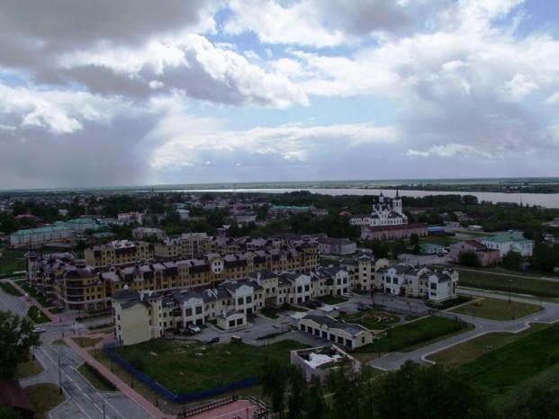 Les nuages gris remplissent le ciel de Tobolsk.