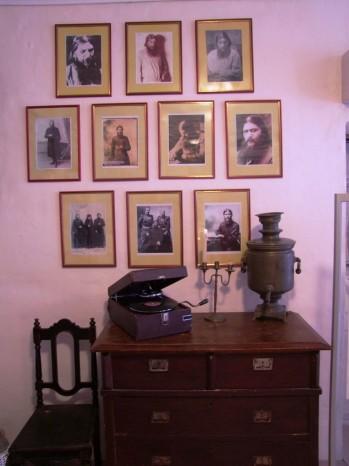 Les photos racontant la vie de Raspoutine et la famille royale.