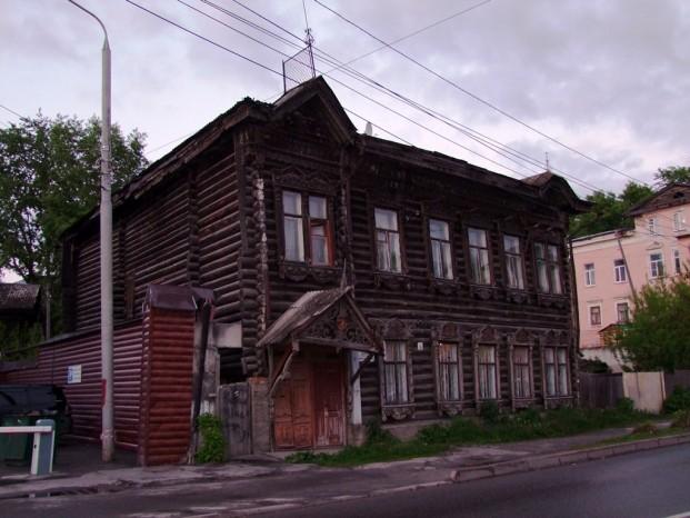 Les vieilles maisons en bois de la fin du 19e siècle, les monuments architecturaux, mais ce sont des habitations.