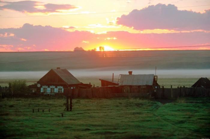 Lever du soleil sur la Sibérie, vue du Transibérien.