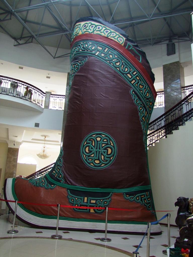 L'imittion de botte de Gengiz Khan au musée d'histoire de l'Empire Mongol.