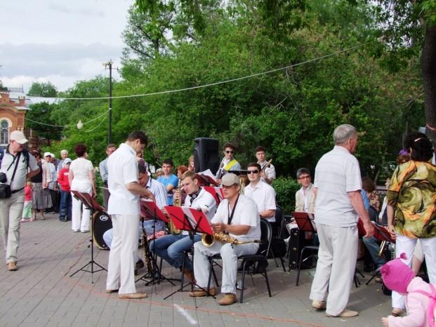 L'orchestre sur la place Alexandre III.