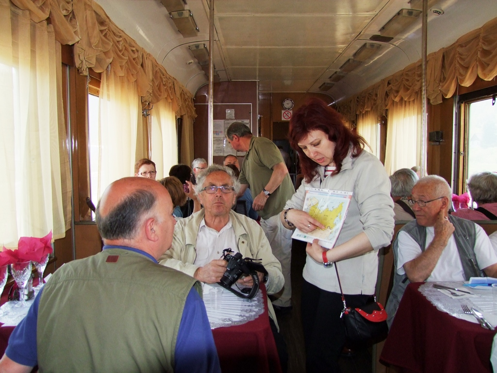 Notre guide Margarita nous montre la carte du Transibérien.