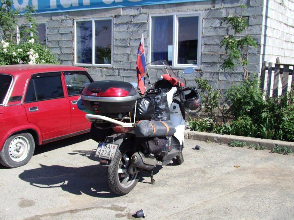 Nous croisons un motard Slovaque qui va jusqu'à Krasnoyarsk.