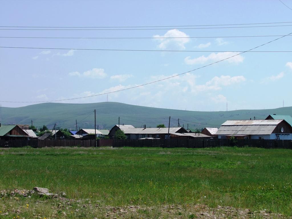 On approche à Mogocha, les maisons commencent à apparaitre.