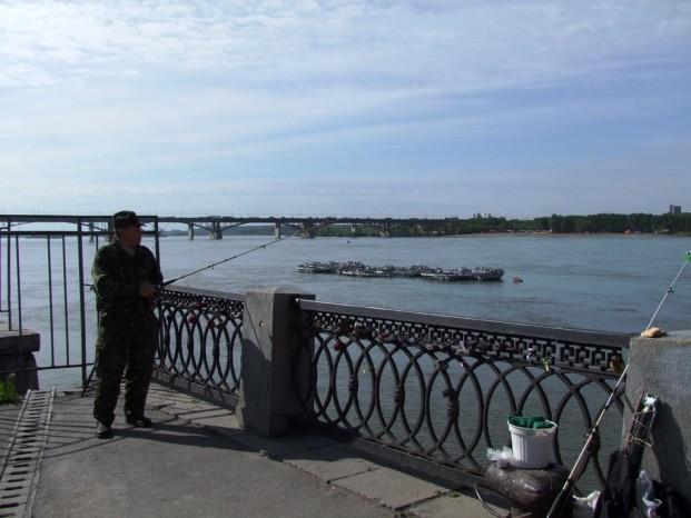 Rive de la rivière Ob, rencontre avec un pêcheur local.