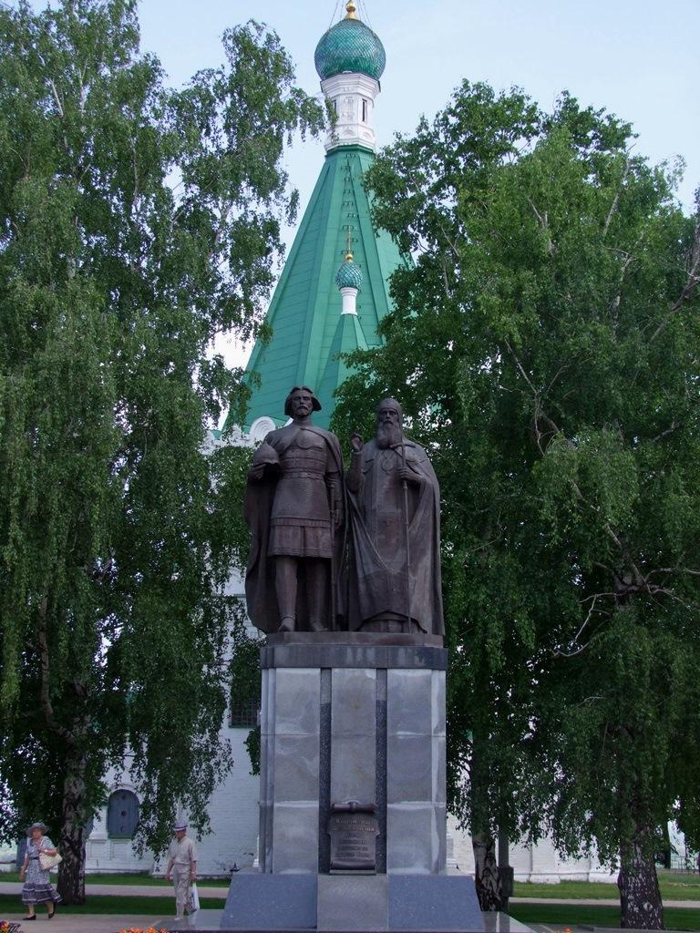 Statues de Kouzma Minine et de Dimitri Pojarski, eux qui en 1612 ont réussi à chasser les envahisseurs polonais du Kremlin de Moscou.