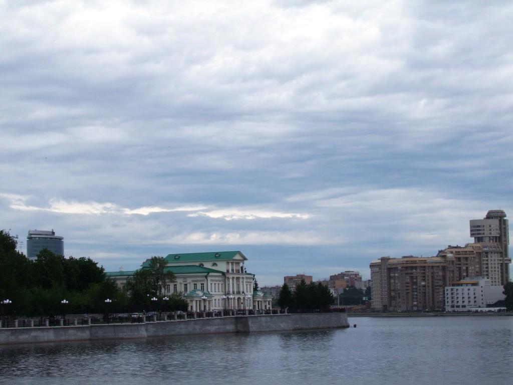Vue de la ville depuis l'étang municipal.